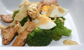 Brokolicový salát s vejcem a kuřecím masem