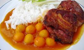 Hovězí plátky ve slanině s paprikovou omáčkou a kuličkovou mrkvičkou