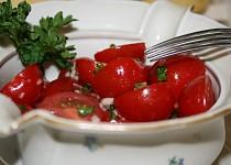Rajčatový salát s česnekem