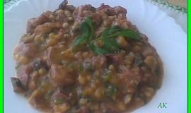 Fazole v tomatě na zázvoru s vepřovým masem a uzeným