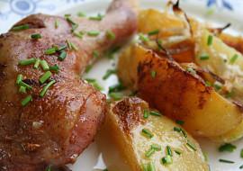Kuře na česneku v bramborách