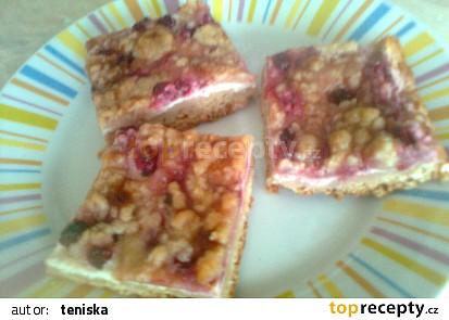 Kynutý rybízový koláč s drobenkou