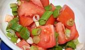 Rajčatový salát s jarní cibulkou