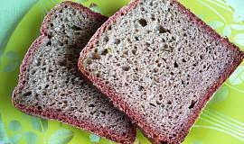 Chléb z červené řepy s jarní cibulkou