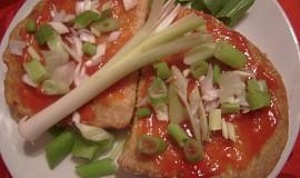Opečené chleby s kečupem a cibulkou