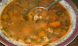 Fazolová polévka se zeleninou a strouháním