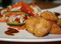 Salát se smaženým kuřecím masem