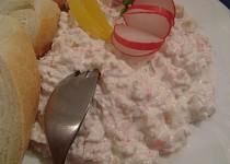 Salát z krabích tyčinek a ananasu