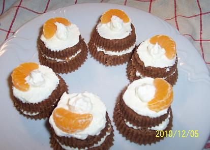 muffinky proříznuté a naplněné máslovým krémem nebo šlehačkou