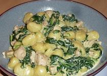 Gnocchi s kuřecím masem, špenátem a sýrovo-smetanovou omáčkou