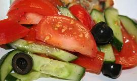 Barevný řecký zeleninový salát