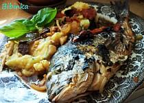 Mořské ryby na vavřínu, fenyklu a bazalce