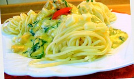 Špagety s kuřecím masem a bazalkovou smetanou