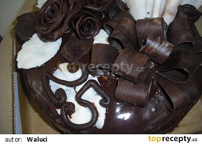 Dort zdobený čokoládou