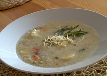 Rychlá polévka se zeleninou,  zauzeným sýrem a krupičkou