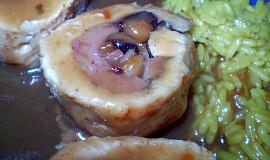 Jednoduchá kuřecí roláda se švestkami a mandlemi
