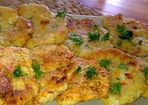 Barevné květákové placičky s  uzeným sýrem a kořenovou zeleninou