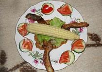Bedly na kmíně s plackami a kukuřicí
