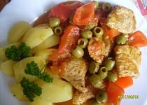 Krůtí kousky na rajčatech, olivách a kapii