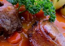 Pečená vepřová plec s karotkou a bramborem