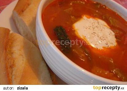 Kapustová polévka s rajčaty a uzenou paprikou