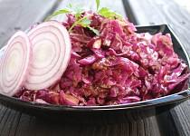 Salát z červeného zelí s hrubozrnnou hořčicí