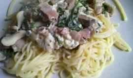 Špagety se slaninou, žampiony a modrým sýrem
