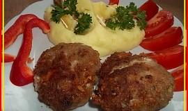 Překvapivě šťavnaté karbanátky s camembertem a paprikou