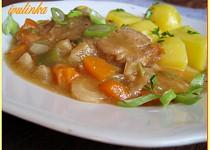 Vepřové plátky dušené v zelí, fazolkách a kořenové zelenině
