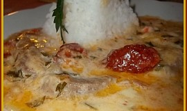 Vepřové plátky na pivě se sušenými rajčaty, sýrem a smetanou