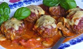 Zapékané  karbanátky s houbovo rajčatovou omáčkou