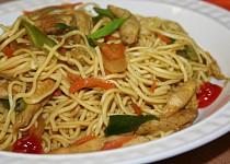 Nudle se zeleninou a kuřecím masem na asijský způsob