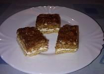 Ořechovo medový koláč s krémem.
