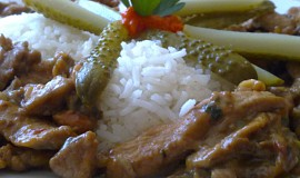 Pikantní směs z kuřecího a vepřového masa s houbami