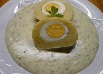 Bramborový knedlík plněný vejcem s koprovou omáčkou
