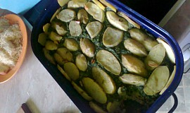 Gratinované brambory se špenátem a mletým masem, domácí dresing