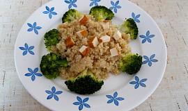 Quinoa s brokolicí a uzeným tofu