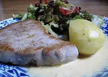 Steak z tuňáka s citronovo-hořčičnou omáčkou