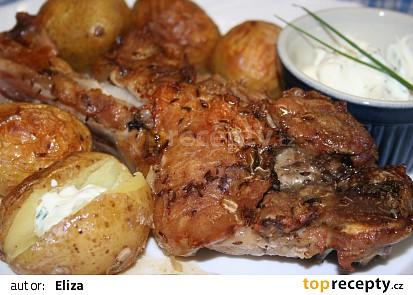 Vepřové ocásky na kmínu s pečenými brambory a pažitkovým dipem