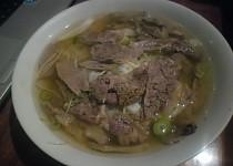 Vietnamská nudlová polévka s hovězím masem