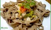 Domácí celozrnné těstoviny s kuřecím masem a pórkem