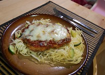 Obalované kuře se sýrem na špagetách a cuketě