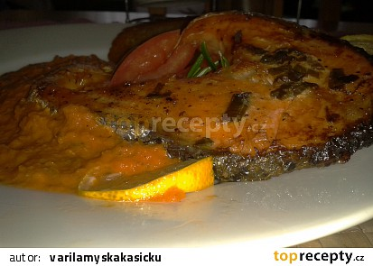 Pečený losos s tomatovou omáčkou a bramborovými placičkami