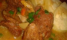 Pikantní hovězí závitek na sušených rajčátkách a hlívě  s kaparovou náplní