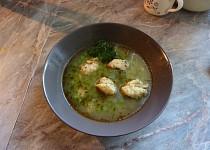 Polévka z mraženého hrášku s bazalkovými nočky