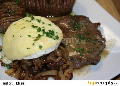 Steak z nízkého roštěnce s cibulkou restovanou na špeku a rozpečeným hermelínem