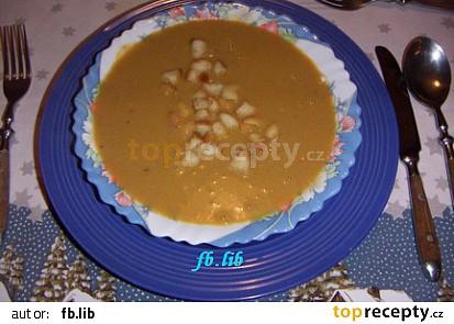 Polévka posypaná s osmaženou houskou.