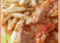 Maso z krůtího stehna na cibuli a rajčatech