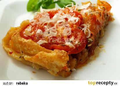 Obrácený koláč s rajčaty a karamelizovanou cibulí