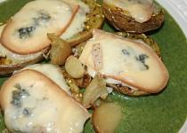 Pečené brambory s variací sýrů podávané na špenátu